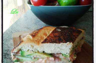 Sandwich au pain oriental tarama saumon fumé avocat et concombre