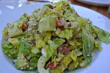 Salade toscane, laitue, poulet, oeufs durs, carotte, poivron, tomates, gorgonzola, basilic.. (Etats-Unis, Italie)