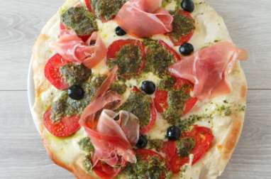 Pizza mozzarella, tomates et pesto