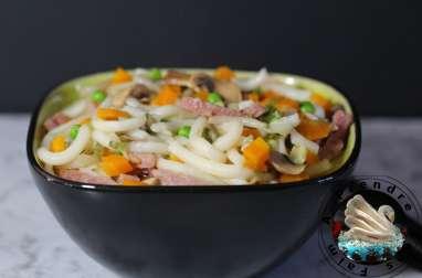Nouilles fraîches asiatiques aux légumes