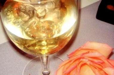 Vin de pêches aux feuilles, vin et eau de vie