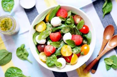 Salade de pastèque, tomate cerise, mozzarella et pousses d'épinard