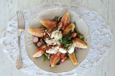 Salade de figues, haricots verts, radis et chèvre frais