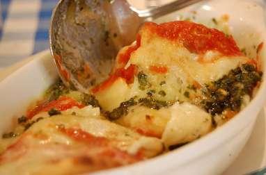 Gratin de raviolis aux saucisses de volaille, champignons, mozzarella, tomates, vin rouge