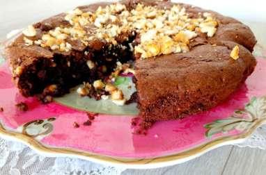 Gâteau moelleux au chocolat et aux cacahuètes caramélisées