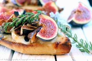 Tartine aux figues, gorgonzola, speck et miel de romarin