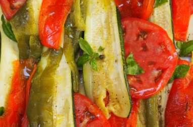 Salade de tomate, d'aubergine, de courgette et de poivron