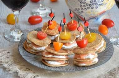 Brochettes de mini blinis salés, saumon et chèvre frais apéritif