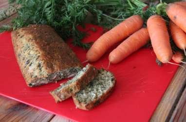Cake aux fanes de carottes, chèvre et pesto
