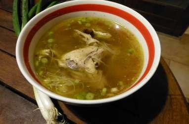 Bouillon au poulet et aux nouilles chinoises