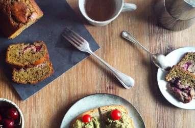 Cake au thé vert matcha, cerises et graines de sésame noires