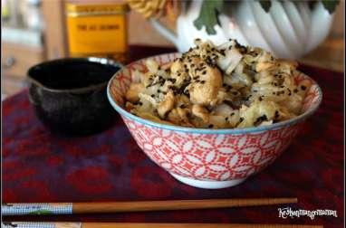 Wok de petsaï au poulet et au sésame noir.