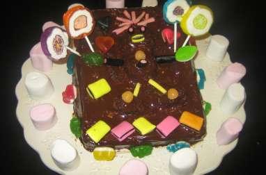Gâteau d'aniversaire au yaourt, ganache au chocolat et bonbons