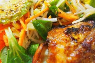 Poulet grillé accompagné d'une salade