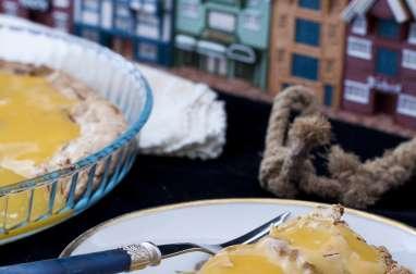 Almond Meringue servi avec sauce au beurre et Baies