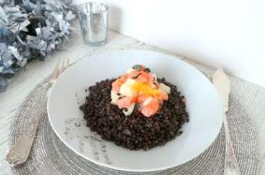 Salade de lentilles Beluga, tartare de saumon cru mariné à l'orange et aux pommes Granny Smith