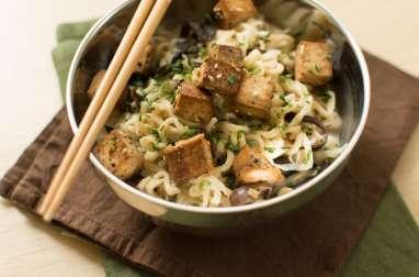 Nouilles coco au tofu mariné, champignons noir et shiitaké