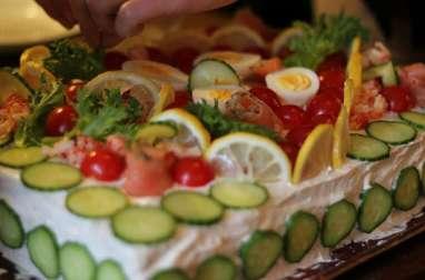 Gâteau sandwich aux crevettes, oeufs, avocat, oeufs de lump