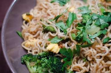Nouilles sautées au brocoli et aux oeufs