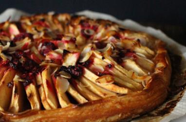 Tarte fine aux pommes, framboises & amandes