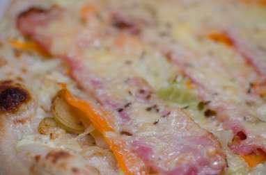 Pizza au chou, à la carotte et au bacon