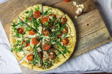 Pizza tomate parmesan et roquette