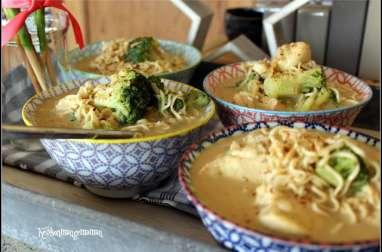 Soupe façon thaï au poulet, nouilles de blé, lait de coco et brocolis
