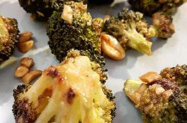 Brocolis au four, sauce crémeuse au sésame et cacahuètes