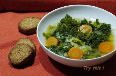 Soupe de kale, sablés au parmesan et sésame