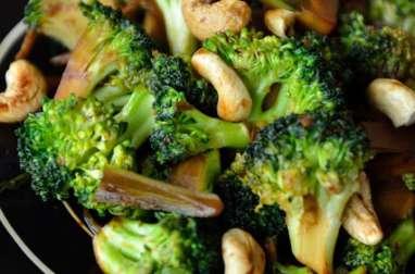 Wok de brocolis au gingembre et noix de cajou