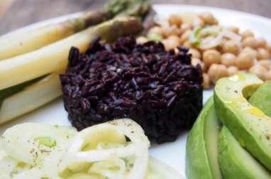 Riz noir, salade de fenouil, asperges, pois chiche et avocat