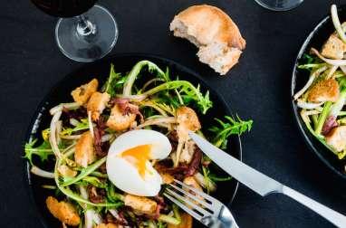 Salade de pissenlits d'Alsace, lardons de magret fumé, oeuf mollet