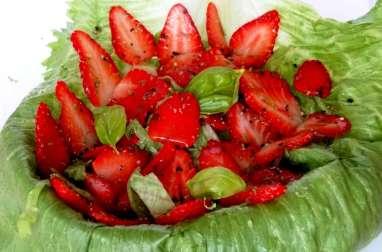 Salade salée de fraises au poivre, citron vert et basilic