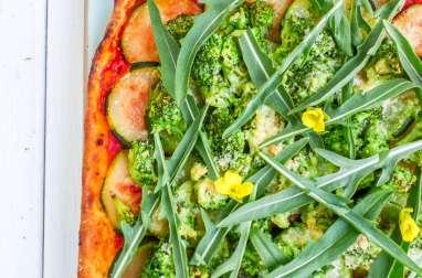 Pizza roquette, brocolis et courgettes