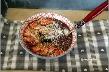 Smoothie bowl frozen banana ,fraises topping coco praliné