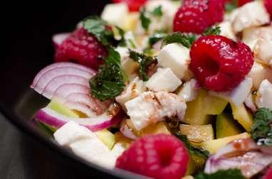 Salade de mangue, aux framboises et à la mozzarella