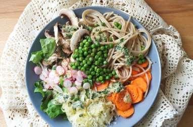 Spaghettis de riz complet, petits pois et ses crudités