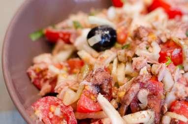 Salade de fenouil, au thon, aux tomates cerises et aux oeufs durs