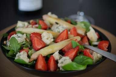 Salade aux asperges, fraises et roquefort