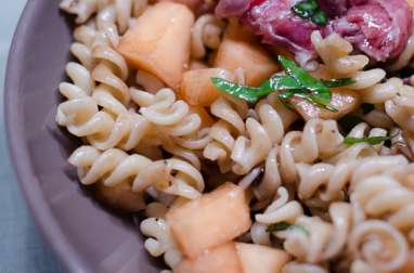 Salade de pâtes, au melon, au jambon de Parme et au basilic