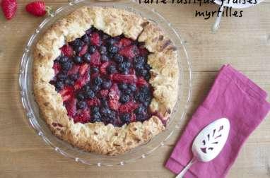 Tarte rustique aux fraises et myrtilles