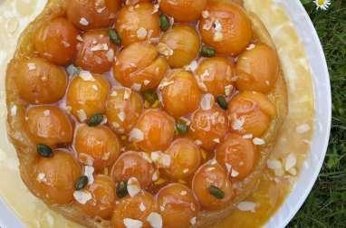 Tarte tatin à l'abricot, caramel beurre salé et ses éclats d'amandes et pistaches