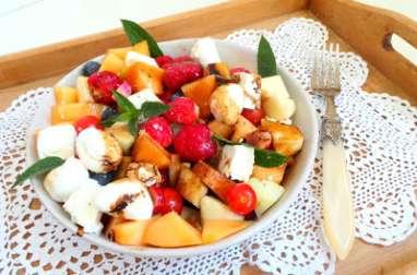 Salade d'été gourmande au melon, fraises, tomates cerises, pommes, radis, myrtilles, mozzarella et feta