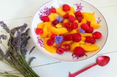 Salade de pêches, framboises et fraises au sirop de lavande