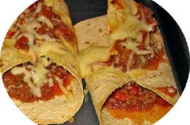 Crêpe pizza aux saucisses italiennes, tomates, champignons, fromage