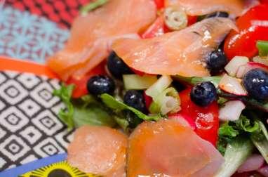 Salade au saumon fumé, aux crudités et aux myrtilles