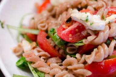 Salade de pâtes au pesto, au chèvre et aux tomates cerises