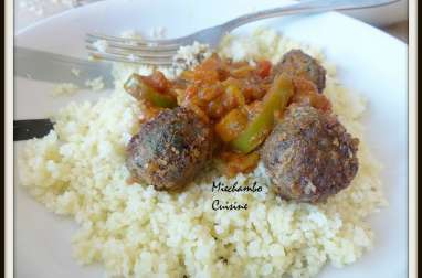 Boulettes de viande, sauce épicée aux tomates et poivrons
