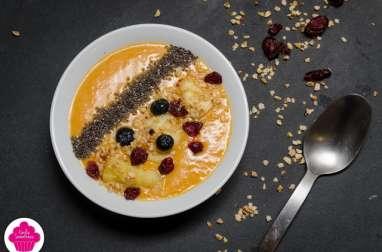 Smoothie bowl à la mangue, banane,ananas, graines de chia, noisettes, myrtilles et cranberries