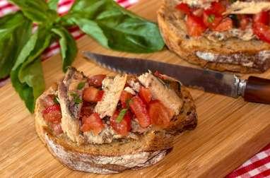 Bruschetta à la sardine, tomates et basilic